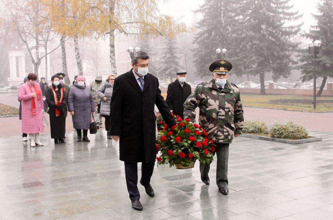 В День неизвестного солдата к мемориалу «Вечный огонь славы» возложили цветы